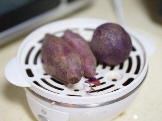 日常健身餐减肥餐营养便当,很多做主食的食材都可以用煮蛋器来搞定。扔上去,打开开关,好了它自动关闭。方便快捷,这个也尽量放凉一些。