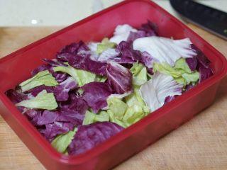 日常健身餐减肥餐营养便当,蔬菜清洗,撕成小片,沥干水份。铺在最下面。