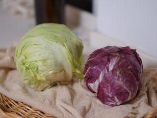 日常健身餐减肥餐营养便当,准备打底的蔬菜。可用叶类的普通生菜,罗莎生菜,也可以用球状生菜。其他可用蔬菜还有苦菊,芝麻菜,冰草等等。