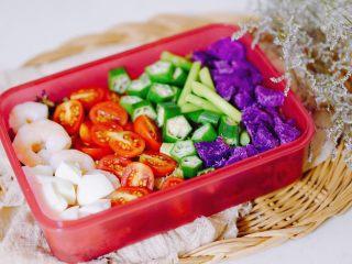 日常健身餐减肥餐营养便当,再晒一个之前做的,蛋白质部分是虾仁和蛋白。花样配菜是圣女果,秋葵,芦笋等等。颜色和营养一样丰富。