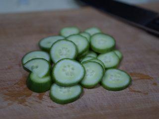 日常健身餐减肥餐营养便当,再来些锦上添花的东西。靠底菜那些东西,我们肯定是吃不饱,也不太好吃。这时候,需要多一点花样。增加一些蔬果,比如<a style='color:red;display:inline-block;' href='/shicai/ 54/'>黄瓜</a>,圣女果,樱桃萝卜。