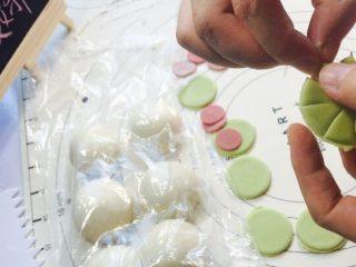 创意花朵豆沙包,绿色面团压出大一点○,切6边,折尖花,红色面团压小一点○,折花型!