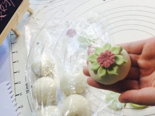 创意花朵豆沙包,折好花型后,把白色面团顶部抹水沾合!避免水分过多!