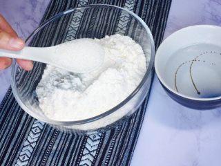 创意花朵豆沙包,中筋面粉150克,白糖15克加入盆内!