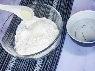 创意花朵豆沙包,再加入酵母粉2克,准备温水65克,慢慢分次加入面粉内,手揉成团