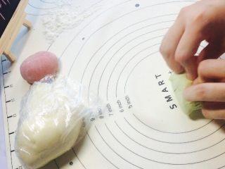 创意花朵豆沙包,绿色面团也发酵一倍大后进行排气!这里白红绿面团都进行揉至!