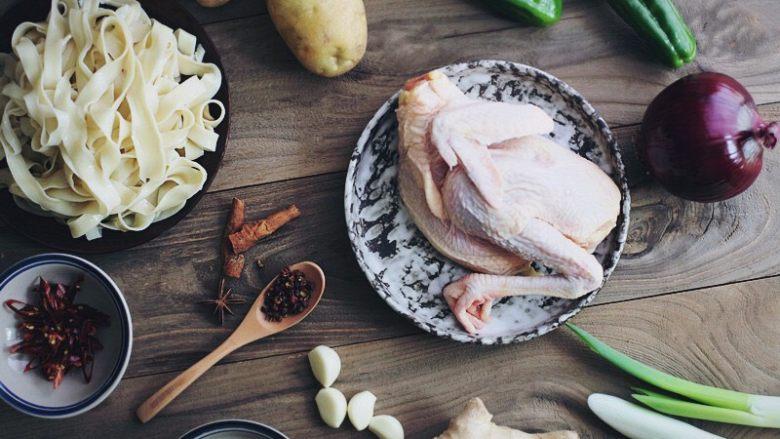 新疆大盘鸡,主要材料备齐;