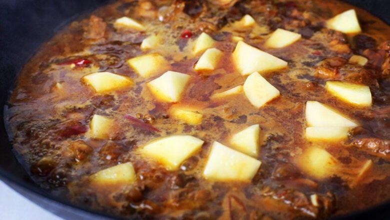 新疆大盘鸡,大火煮开后,加入土豆块;