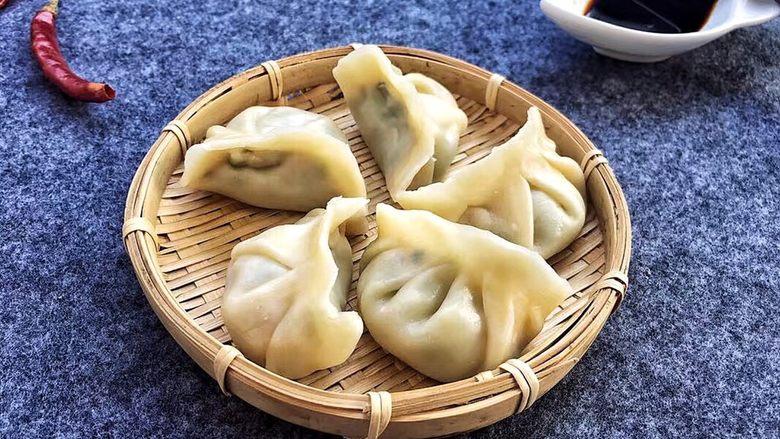 韭菜蒸饺子,我喜欢蘸点醋就吃了,味道也不错哦!