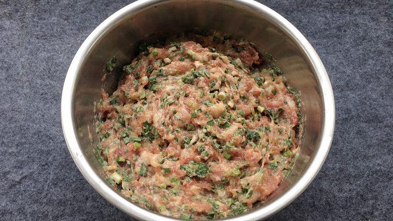 韭菜蒸饺子,以上调料添加完毕后,向同一方向拌匀肉馅腌制10分钟入味。