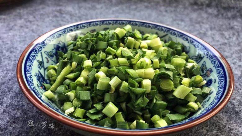 韭菜蒸饺子,用刀切成小段。
