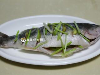 清蒸鲈鱼,鱼放盘中,开水锅中大火蒸8分钟