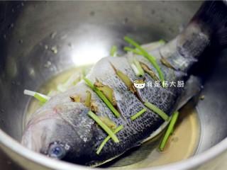 清蒸鲈鱼,鱼身也用葱姜料酒抹一下。整鱼腌制半小时