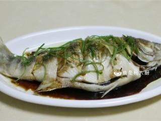 清蒸鲈鱼,将热油浇在葱姜上,呛出香味。再浇上3勺蒸鱼豉油