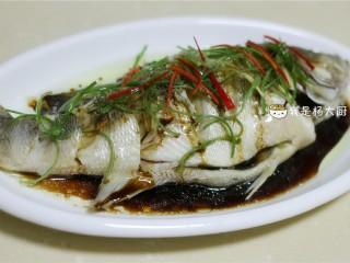 清蒸鲈鱼,撒上一些小米椒丝装饰(喜欢辣味的可以在浇热油前就放上辣椒丝)