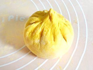 金灿灿的黄金南瓜豆沙馒头,一定要捏紧了哦