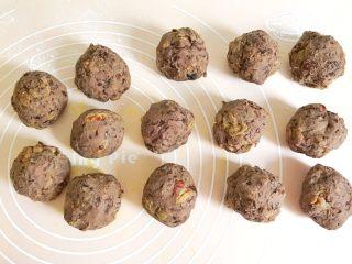 金灿灿的黄金南瓜豆沙馒头,这是自制的无糖无油红豆沙,提前按照每个60克,分成14个圆球 需要配方的,可以移步我的精华菜谱合集里查找哦
