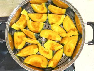 金灿灿的黄金南瓜豆沙馒头,摆放进蒸锅、开火蒸熟,大火烧开后,大约10分钟就可以蒸熟了