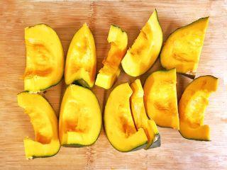 金灿灿的黄金南瓜豆沙馒头,去除南瓜鞅和种子