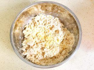 金灿灿的黄金南瓜豆沙馒头,不要再加水哦,完全用南瓜泥调面,用手搓揉成面絮儿,可以根据经验判断南瓜泥是否合适,如果感觉会面硬,再适当加些许南瓜泥