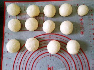 韩国烤馒头,将面团分成12个同样大小和1个一半大的剂子,静置15分钟