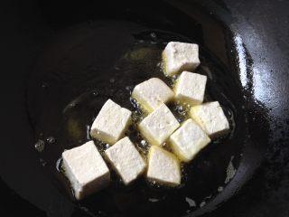 肉末豆腐,放入油锅