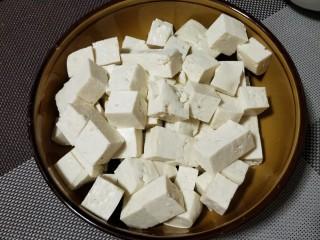 """""""蟹黄""""豆腐,豆腐可用内脂豆腐,切1厘米见方的小块"""