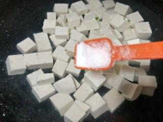 """""""蟹黄""""豆腐,起锅烧水,放入豆腐,加点盐煮开"""