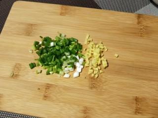 """""""蟹黄""""豆腐,焯水时将葱姜切末,红椒碎(红椒是另一菜余下的,是临时添加的)"""