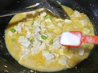"""""""蟹黄""""豆腐,尝下咸淡调入适量的盐和白糖调味"""