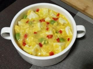 """""""蟹黄""""豆腐,盛碗,再撒点葱花和红椒碎即可"""