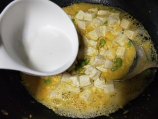 """""""蟹黄""""豆腐,水淀粉勾薄芡,(水淀粉慢慢加,看汤汁浓绸逐情添加)"""