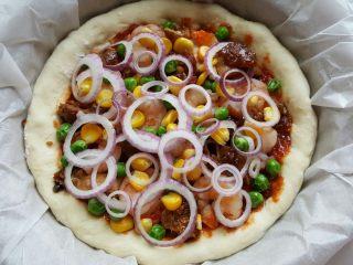 鸡肉海鲜披萨,17.上面装饰青豆,玉米粒和洋葱圈。