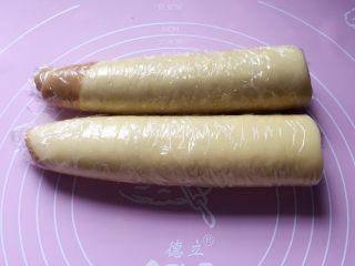 小零食猫耳朵,包上保鲜膜放冰箱冷冻一至二小时,冻硬了才好切。