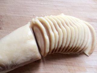 小零食猫耳朵,把冻好的面团切成均匀的薄片,越薄越脆