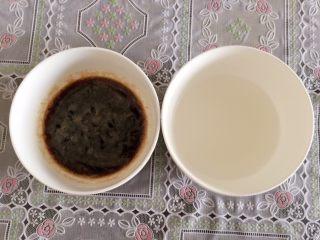 小零食猫耳朵,红糖、白糖倒入温水化开。