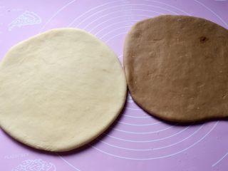 小零食猫耳朵,白面团、红面团分别擀成圆饼,白色面团上刷一层水,把两个面团重叠在一起。