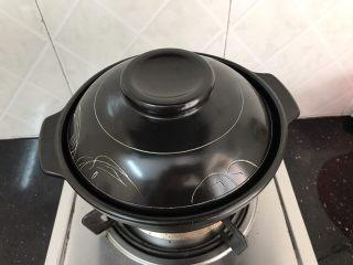 花蛤瘦肉丝瓜汤,盖上盖子煮开约20分钟