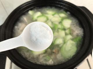 花蛤瘦肉丝瓜汤,加入盐调味,煮至沸腾就马上熄火了!否则煮太久,肉片口感会干柴,丝瓜也会发黄哟