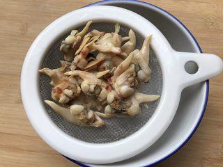 花蛤瘦肉丝瓜汤,泡软的花蛤肉捞出来沥干,泡花蛤的水可以留下后面煮汤哟