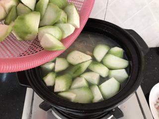花蛤瘦肉丝瓜汤,煮至汤汁泛白时加入丝瓜块