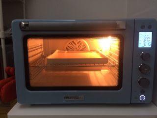 冷萃咖啡蛋糕卷,放入提前预热好的烤箱,上下层175度烤16分钟,整个屋子咖啡味飘香。