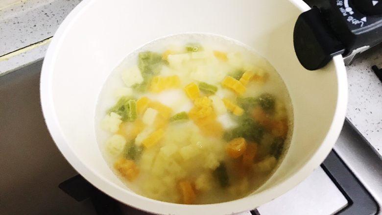 宝宝辅食 卡通南瓜意面,小奶锅烧开热水,下意面,煮10分钟