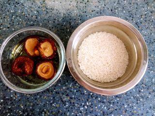 糯米丸子,香菇浸泡半小时。 温水糯米浸泡2小时以上。
