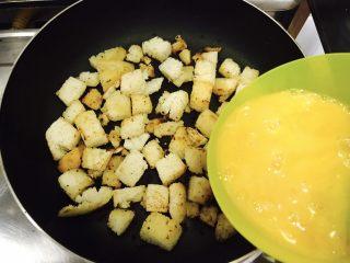 中西合璧的馒头鸡蛋披萨,中小火将馒头丁煎至金黄色,放入打好的鸡蛋液!
