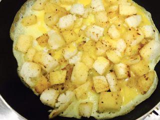中西合璧的馒头鸡蛋披萨,鸡蛋液倒入锅中,用手转动平底锅,使蛋饼成圆形!