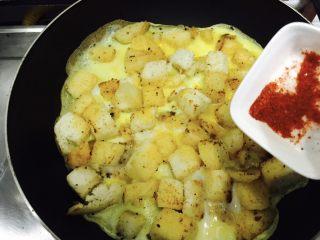 中西合璧的馒头鸡蛋披萨,接着均匀的撒入辣椒面!