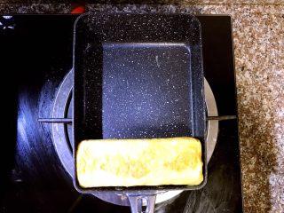 日式厚蛋烧,接着再从上往下卷到最下方
