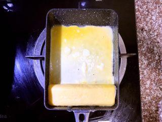 日式厚蛋烧,卷到最下方,待第三层蛋卷成型后倒入第四层蛋液