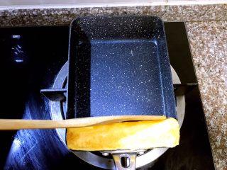 日式厚蛋烧,蛋卷的四个面都用木铲不断的翻面轻压尽量塑形成规整的长方体